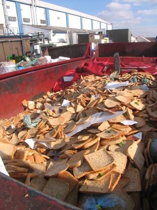 Suurbritannia valmistoidutehase jäätmed võileibade valmistamisest. Autor: Tristram Stuart, toiduraiskamise vastane aktivist http://www.tristramstuart.co.uk/